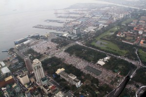 Millions attend Mass at Rizal Park on January 18, 2015